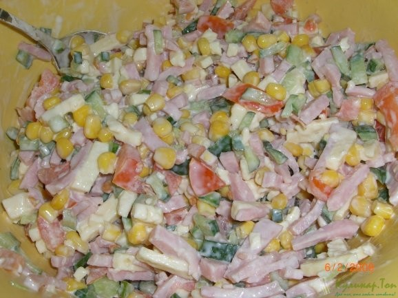 Салат из ветчины сыра кукурузы
