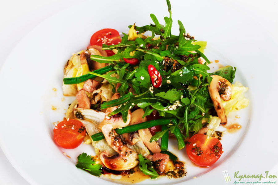 Салат с жареной курицей и помидорами