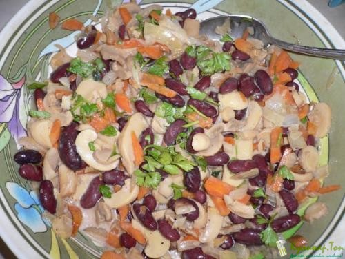 Салат с фасолью и маринованными опятами