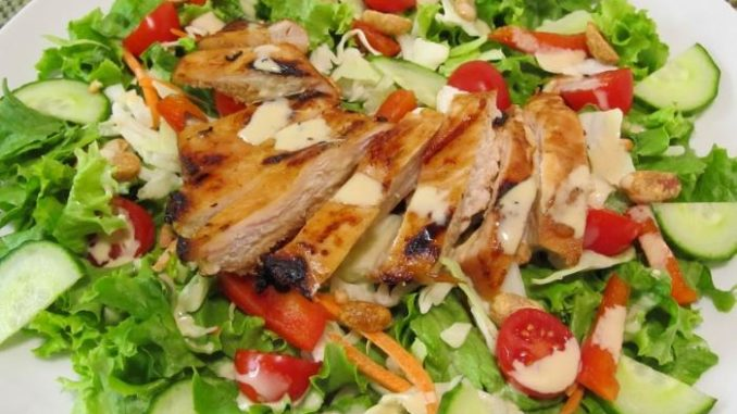 Фото салат из куриных грудок с гренками