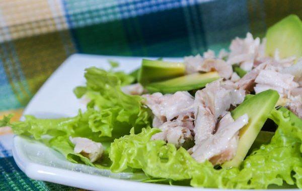 Курица с авокадо салата