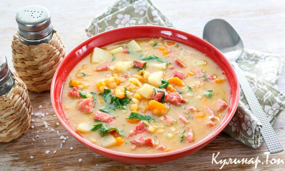 Вода — 1,5 литра, картофель — 3 штуки, морковь — 1 штука, лук репчатый — 1 штука, колбаса копченая — грамм, лавровый лист — 1 штука, специи для супа — 1 ст.
