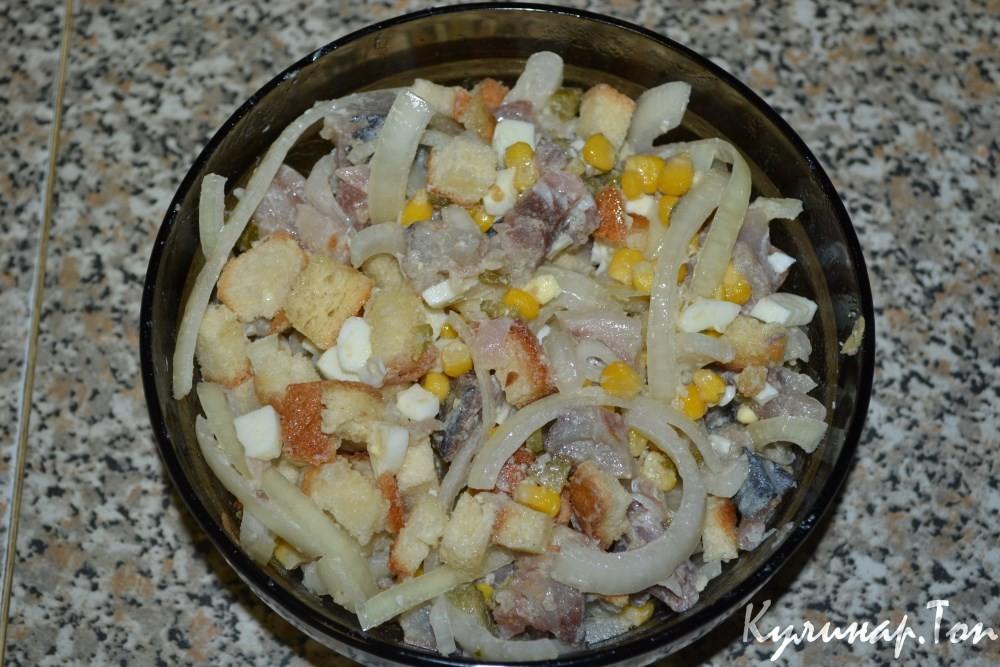 Салат с скумбрией консервированной простой рецепт пошагово