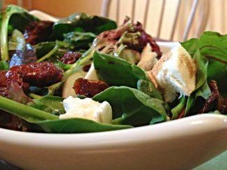 Салат из шпината с сыром и вялеными помидорами