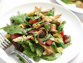 Салат с копченой курицей и беконом