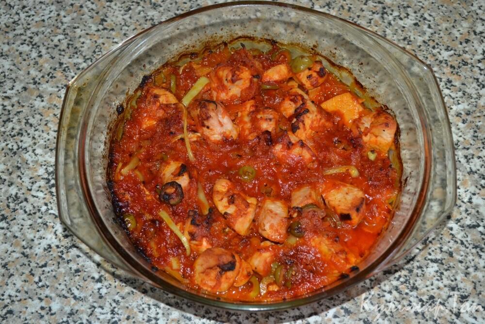 Курица в томатном соусе с оливками