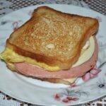 Сэндвич с яйцом, сыром и колбасой